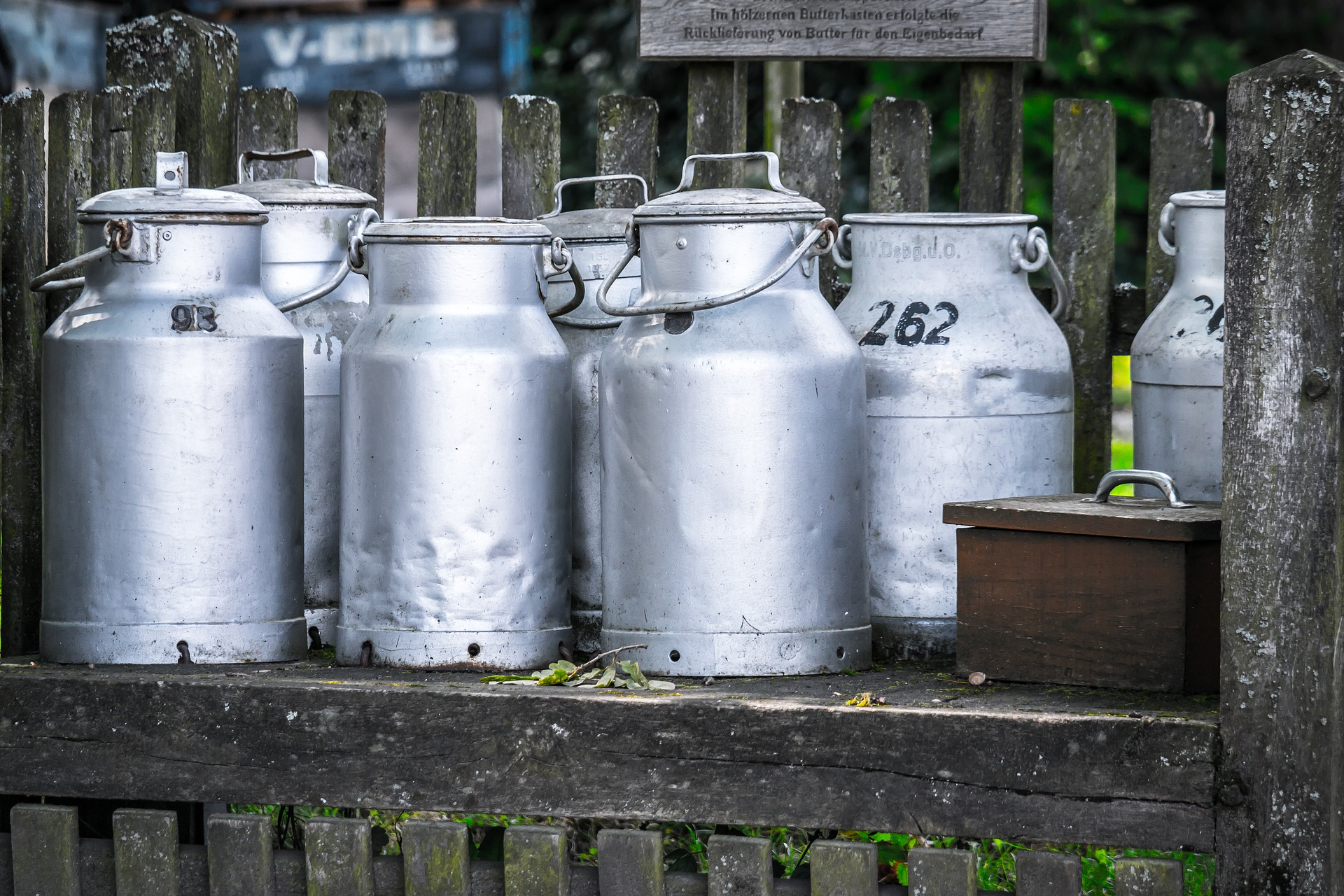 milk-cans-1659157_1920